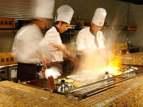 三浦松蔭式五連鉄板かまどで、大迫力の調理